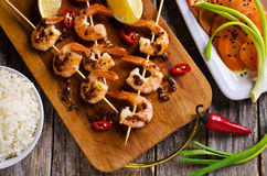 Cooked shrimp on skewers Royalty Free Stock Photography