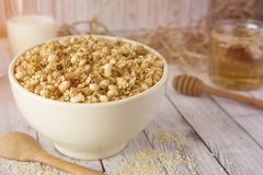Cooked whole porridge oats in white ceramic bowl.Healthy breakfa Royalty Free Stock Photos