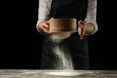 cookery De chef-kok bereidt deeg voor deegwaren, pizza, brood voor Voorbereiding en het werk met bloem Heerlijk voedsel, recepten stock afbeelding