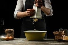 cookery De chef-kok bereidt het deeg voor deegwaren, pizza, brood, pannekoeken voor Partijenkaas Heerlijk voedsel, recepten, het  royalty-vrije stock foto's
