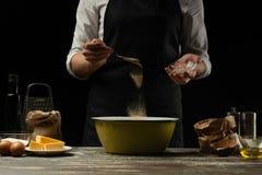 cookery De chef-kok bereidt het deeg voor deegwaren, pizza, brood, pannekoeken voor Voorbereiding en het werk met bloem en deeg H stock afbeeldingen