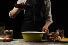 cookery De chef-kok bereidt het deeg voor deegwaren, pizza, brood, pannekoeken voor Voorbereiding en het werk met bloem en deeg H stock foto