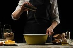 cookery De kok kookt deeg voor deegwaren, pizza, brood Bestrooit met zout Heerlijk voedsel, recepten, het koken, gastronomie, stock afbeelding