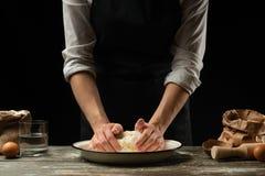 cookery O cozinheiro chefe prepara a massa para a massa, pizza, pão, panquecas Preparação e trabalho com farinha e massa Alimento imagens de stock