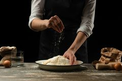 cookery O cozinheiro chefe prepara a massa para a massa, pizza, pão, panquecas Preparação e trabalho com farinha e massa Alimento foto de stock royalty free