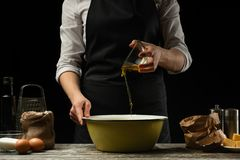 cookery O cozinheiro chefe prepara a massa para a massa, pizza, pão, panquecas Preparação e trabalho com farinha e massa Alimento imagem de stock royalty free