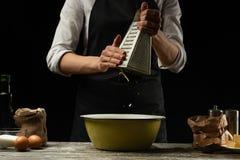 cookery O cozinheiro chefe prepara a massa para a massa, pizza, pão, panquecas Queijo dos lotes Alimento delicioso, receitas, coz foto de stock royalty free