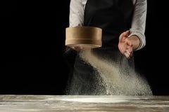 cookery O cozinheiro chefe prepara a massa para a massa, pizza, pão Preparação e trabalho com farinha Alimento delicioso, receita fotografia de stock royalty free