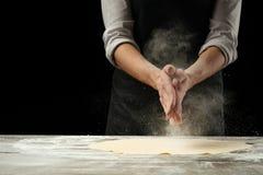 cookery O cozinheiro chefe prepara a massa para a massa, pizza, pão Preparação e trabalho com farinha Alimento delicioso, receita foto de stock royalty free