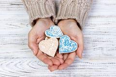 cookie Coração-dada forma em cookies do feriado das mãos da mulher imagem de stock royalty free