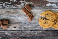 Cookie da microplaqueta de Choc feita para olhar como um caráter popular da arcada, comendo um pedaço do chocolate fotografia de stock