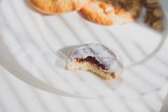 Cookie de biscoito amanteigado em uma placa Fotos de Stock Royalty Free