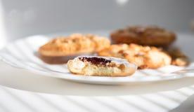 Cookie de biscoito amanteigado em uma placa Imagens de Stock Royalty Free