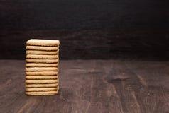 Cookie de biscoito amanteigado em uma tabela de madeira Torre das cookies Fundo de madeira fotos de stock royalty free