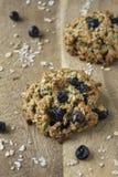 Cookie de farinha de aveia com passas em uma tabela Fotografia de Stock