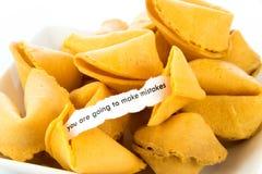 Cookie de fortuna aberta - VOCÊ ESTÁ INDO COMETER ERROS Foto de Stock