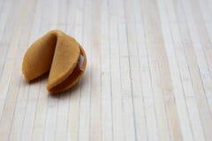 Cookie de fortuna chinesa em uma esteira de bambu fotografia de stock
