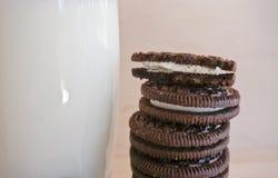 Cookie de Oreo com um vidro do leite fotografia de stock royalty free