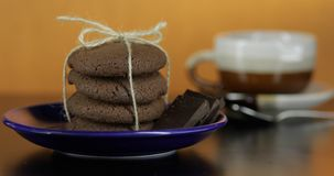 Cookie de vista saboroso do chocolate em uma placa azul na superf?cie escura Fundo morno foto de stock royalty free