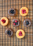 Cookie do alimento das bagas do fruto dos produtos da padaria das framboesas dos anéis de espuma Fotografia de Stock