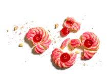 A cookie do amaretti da amêndoa da cereja desintegra-se no branco fotografia de stock
