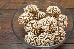 Cookie do cacau com arrozes tufados Imagem de Stock