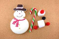 Cookie do homem da neve do Natal com bastão e marshmallow de doces Imagens de Stock Royalty Free