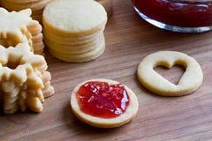 A cookie do Natal de Linzer está enchendo-se com o doce de morango Imagens de Stock