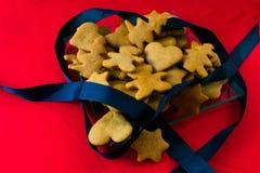 Cookie do pão-de-espécie no fundo vermelho fotos de stock