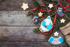 Cookie e decoração dos carneiros do ano novo 2015 na madeira Fotos de Stock