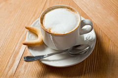 Cookie e xícara de café imagens de stock