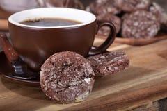 Cookie e xícara de café do caramelo de chocolate imagens de stock royalty free