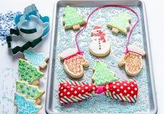 Cookie festiva do Natal dada forma como o boneco de neve e as árvores na bandeja do cozimento Foto de Stock Royalty Free