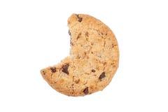 Cookie mordida dos pedaços de chocolate isolada Foto de Stock Royalty Free