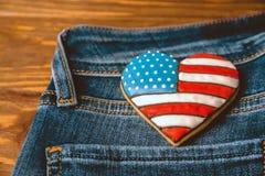 Cookie patriótica em um bolso traseiro das calças de brim Foto de Stock