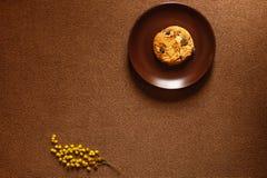 Cookie, placa, fundo marrom e flor Imagens de Stock Royalty Free