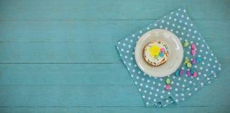 Cookie servida com chocolates em uma bandeja ilustração stock
