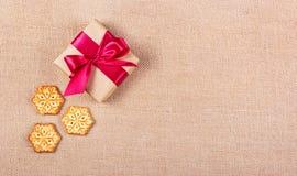 Cookie sob a forma dos flocos de neve e da caixa de presente Conceito festivo ` S do ano novo e Natal Copie o espaço Imagem de Stock Royalty Free
