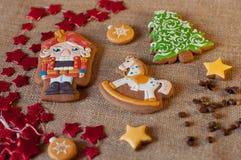 Cookies agradáveis do pão-de-espécie para o Natal no fundo do pano de saco Fotografia de Stock