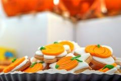 Cookies alaranjadas de Dia das Bruxas dadas forma como abóboras fotografia de stock