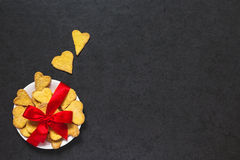 Cookies amarradas com uma curva da fita vermelha Foto de Stock Royalty Free
