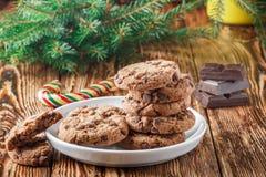 Cookies Biscuits faits maison délicieux avec des morceaux de chocolat Images libres de droits