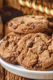 Cookies Biscuits faits maison délicieux avec des morceaux de chocolat Images stock