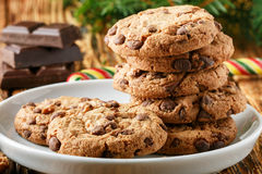 Cookies Biscuits faits maison délicieux avec des morceaux de chocolat Photo stock