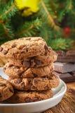 Cookies Biscuits faits maison délicieux avec des morceaux de chocolat Image stock