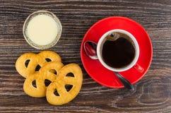 Cookies, café, colher nos pires, leite condensado na bacia imagens de stock royalty free