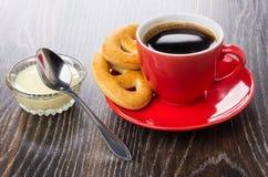 Cookies, café nos pires, leite condensado na bacia, colher fotografia de stock