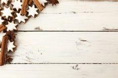 Cookies, canela e anis do Natal no fundo de madeira fotografia de stock