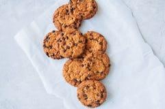 Cookies caseiros americanas tradicionais dos pedaços de chocolate em um fio fotografia de stock royalty free