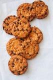 Cookies caseiros americanas tradicionais dos pedaços de chocolate em um fio fotografia de stock